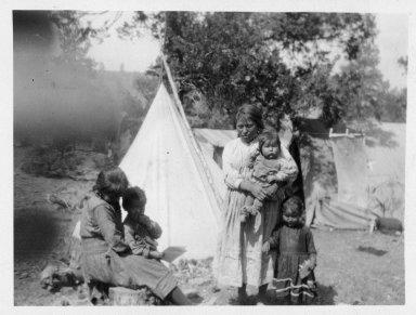Monis Panzy Montoya and children.