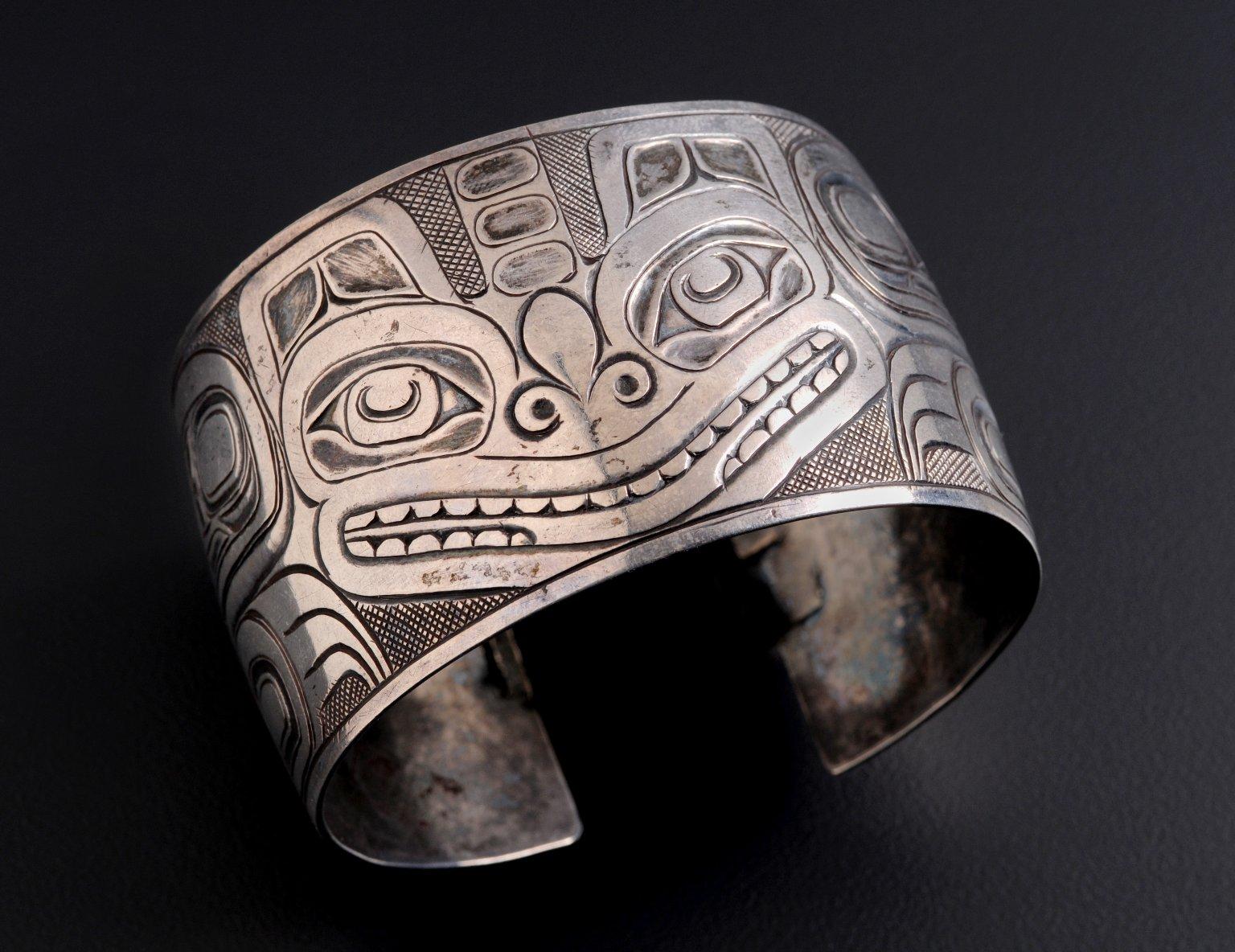 Silver bracelet of a sea bear