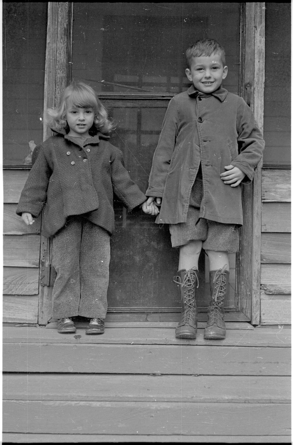 Two children in Cheniere au Tigre