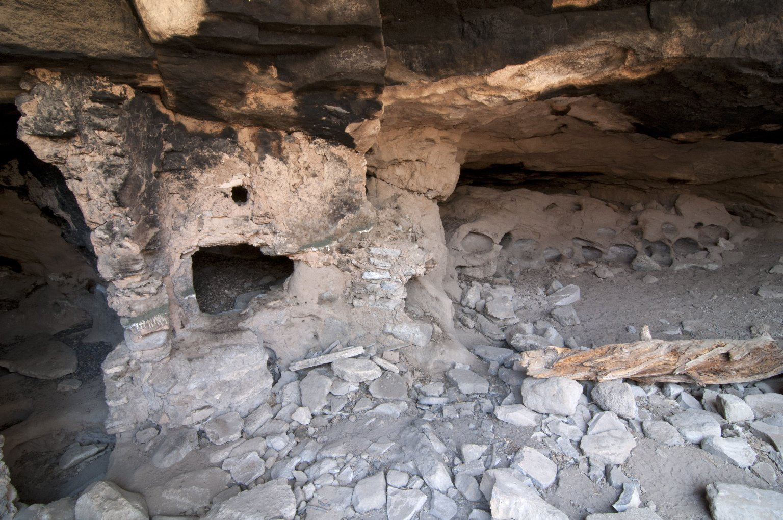 Wide view of the Hinkle Park Cliff Dwelling.